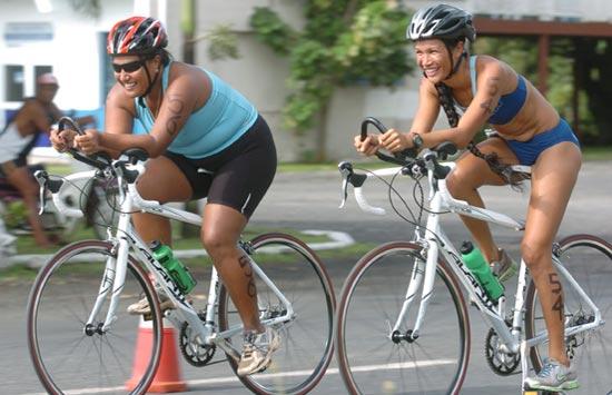 Femei concurs triatlon