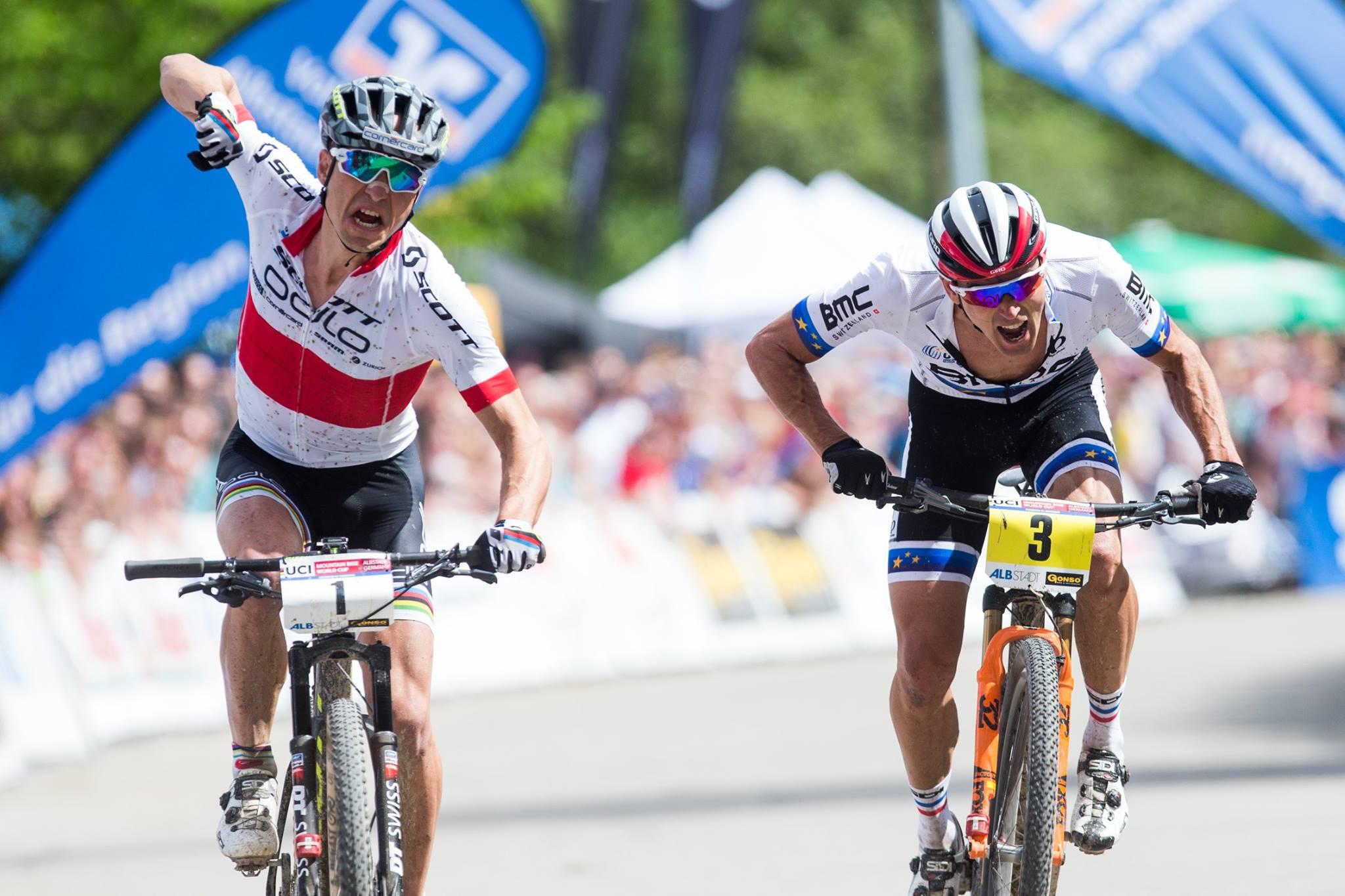 Nino Schurter castiga sprintul in fata lui Julien Absalon