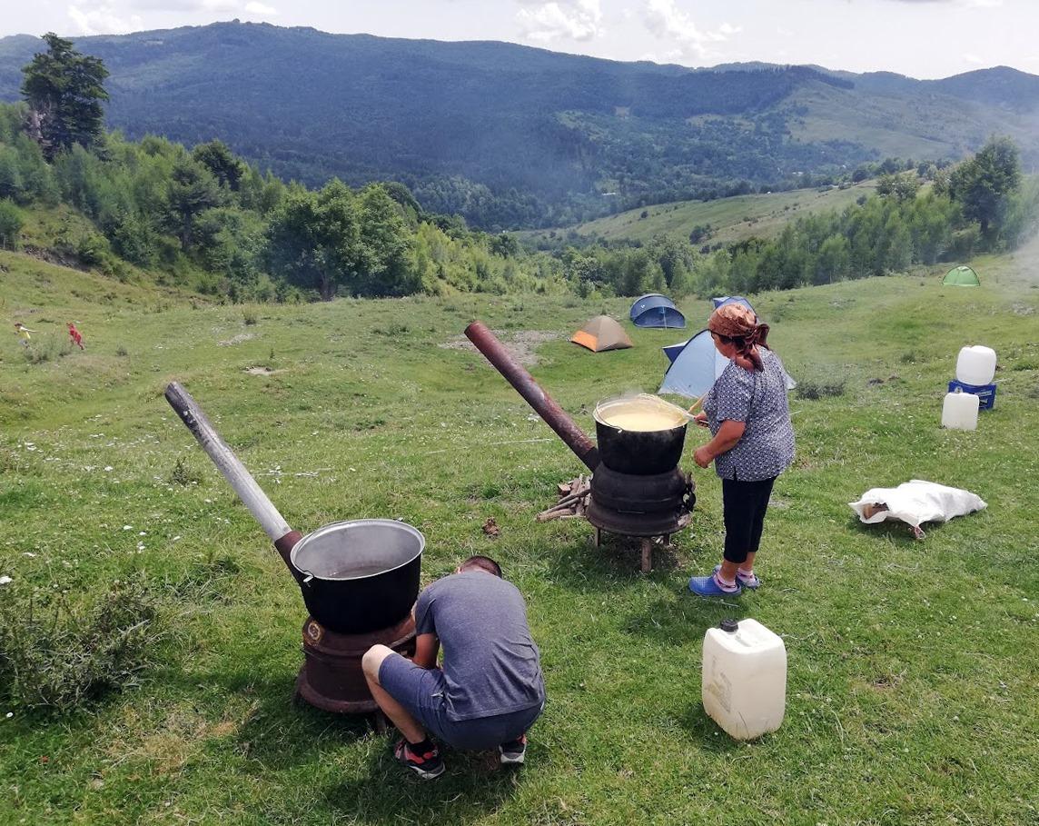 Fără Asfalt la Munte - mâncare gătită de localnici