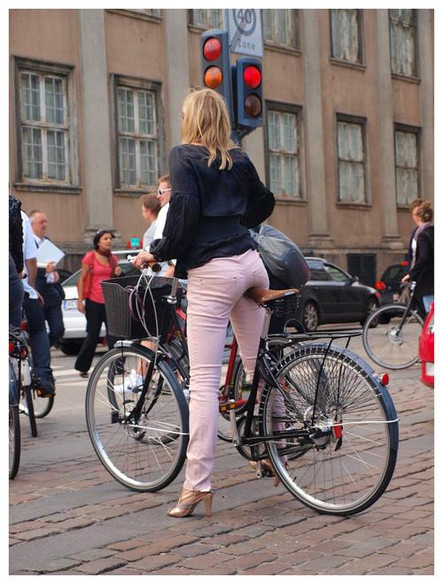 Biciclistă în oraș