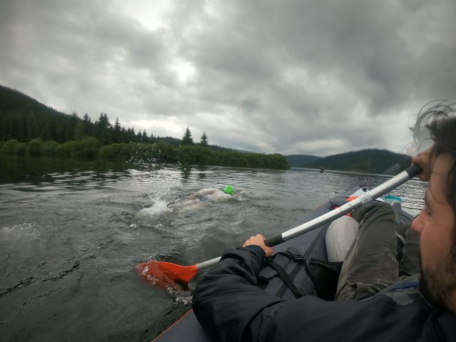 Bogdan Zurbagiu traverseaza lacul Belis