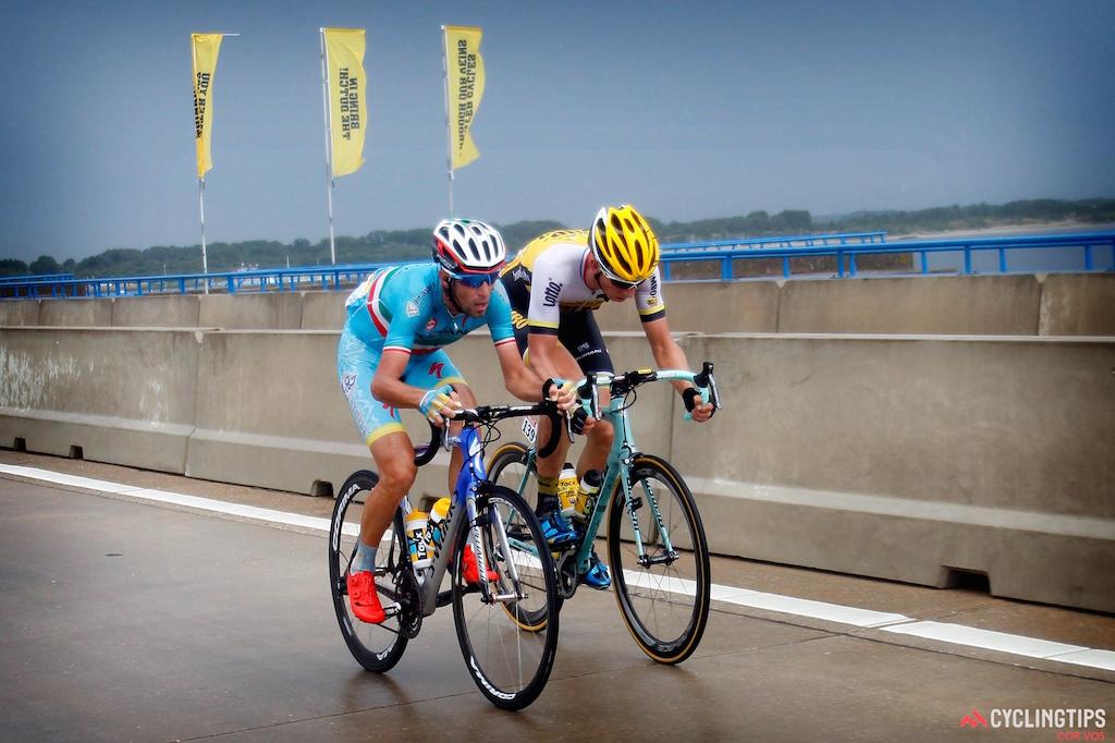 Vincenzo Nibali şi Sep Vanmarcke chinuindu-se să reducă din diferenţa pierdută.